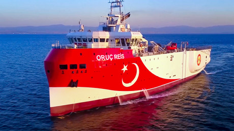 Cette photographie publiée par le ministère turc de la Défense le 12 août 2020 montre le navire de recherche sismique turc Oruc Reis se dirigeant à l'ouest d'Antalya sur la mer Méditerranée (image d'illustration).
