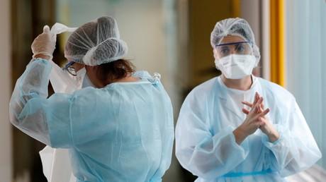 Des membres du personnel médical dans un hôpital de Vannes, où des patients sont soignés pour le Covid-19, le 12 octobre 2020 (image d'illustration).