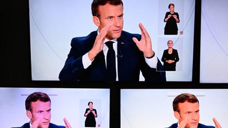 Des écrans superposés diffusant le discours présidentiel d'Emmanuel Macron le 14 octobre 2020.