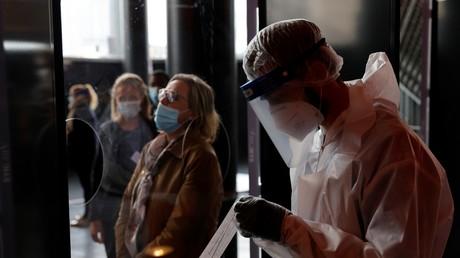 Un soignant devant une patiente attendant de se faire dépister pour le Coronavirus, à Lille, le 15 octobre (image d'illustration).