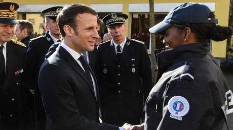 Emmanuel Macron à la rencontre des policiers lors d'un déplacement à Mulhouse le 28 février 2020 (image d'illustration).
