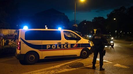 Les forces de l'ordre à Eragny, où l'auteur présumé de la décapitation d'un enseignant a été abattu par la police.