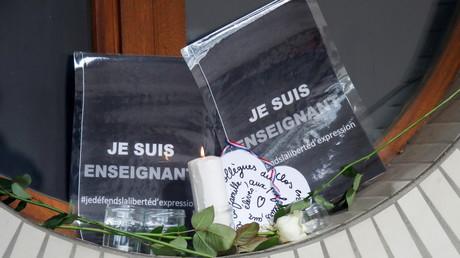De nombreux citoyens ont rendu hommage à l'enseignant devant le collège de Conflans-Sainte-Honorine, le 17 octobre (image d'illustration).