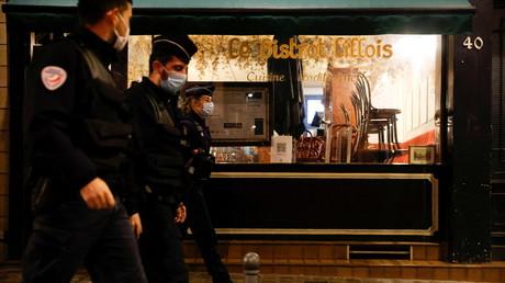 La Police française veille sur l'application du couvre-feu à Lille