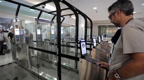 Un homme s'apprête à entrer dans un sas disposant d'un système de reconnaissance faciale, le 16 juillet 2018, à l'aéroport de Nice (image d'illustration).