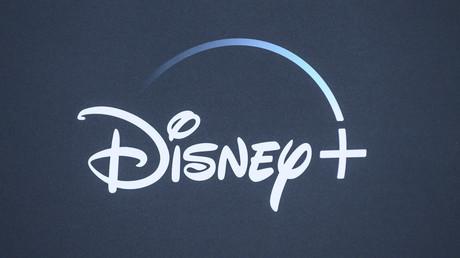 Dans ce fichier photo pris le 13 novembre 2019, le logo Disney + est vu sur le fond de la première mondiale de