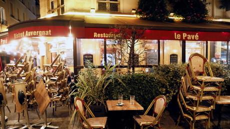 Les restaurants parisiens sont vides dès le début de soirée à cause du couvre-feu (image d'illustration)