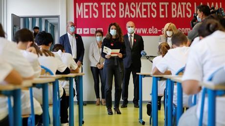 Karine Tuil, Jean-Michel Blanquer et Brigitte Marcon portant des masques dans une salle de classe du Chesnay, le 12 octobre 2020 (image d'illustration)