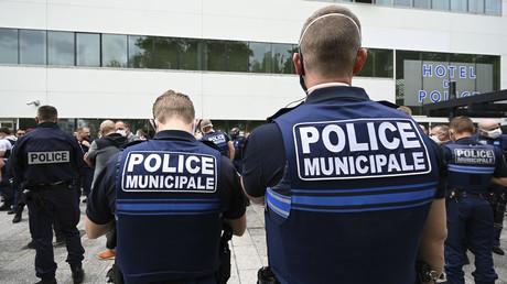 Des policiers municipaux se mêlent aux policiers nationaux devant l'hôtel de police de Strasbourg le 19 juin 2020 en réaction aux annonces jugées maladroites de Christophe Castaner sur l'usage de la force par la police (image d'illustration).