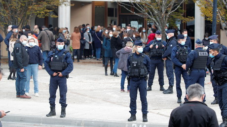 Des forces de l'ordre positionnées devant le collège du Bois d'Aulne le 17 octobre (image d'illustration).