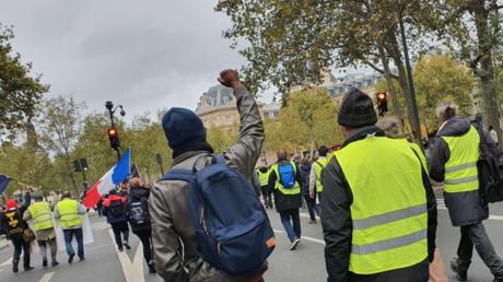 Des Gilets jaunes défilant à l'entrée de la place de la République le 24 octobre 2020.