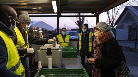 Des bénévoles du Secours catholique distribuent des petits-déjeuners à des personnes sans-abri durant le confinement, le 3avril 2020 (image d'illustration).