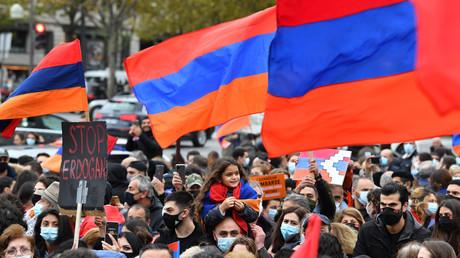 La diaspora arménienne manifeste dans les rues de Paris le 25 octobre, pour demander la reconnaissance de l'indépendance du Haut-Karabagh par la France.