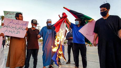 Un drapeau français brulé par des manifestants en Libye.