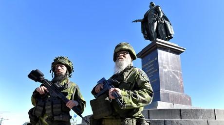 Des soldats réservistes montent la garde près du palais royal de Stockholm lors d'un exercice militaire  (image d'illustration)