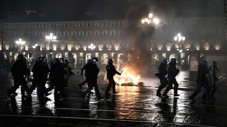 Des officiers de police italiens à Turin lors de manifestations contre les restrictions anti Covid-19 le 26 octobre.