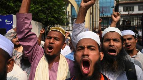A Dacca (Bangladesh) le 27 octobre 2020, des militants et partisans de l'Islami Andolan Bangladesh crient des slogans hostiles à Emmanuel Macron à la suite de sa prise de position concernant sur les caricatures du prophète Mohammed.