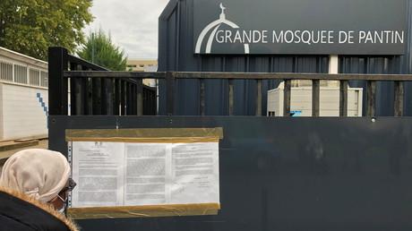 Une femme devant la grande mosquée de Pantin le 20 octobre 2020 (image d'illustration).