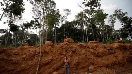 Des membres de la tribu Mura montrent une zone déboisée sur leurs terres, à l'intérieur de la forêt amazonienne dans l'Etat d'Amazonas, au Brésil, le 20 août 2019 (illustration).