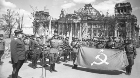 Cérémonie solennelle de remise de la bannière de la Victoire au commandant militaire de Berlin, héros de l'Union soviétique, le colonel-général Nikolai Berzarine, mai 1945