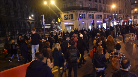 Manifestation sauvage contre le confinement le soir du 29 octobre à Paris.