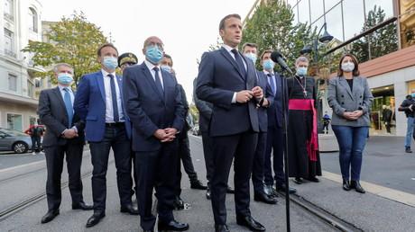Emmanuel Macron s'adresse à la presse lors de sa visite sur les lieux de l'attentat à Nice, le 29 octobre 2020 (image d'illustration)