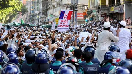 Manifestation après la prière du vendredi appelant au boycott des produits français et dénonçant le président français Emmanuel Macron pour ses commentaires sur les caricatures du prophète Mahomet, à Dacca, Bangladesh, le 30 octobre 2020.