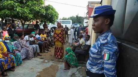 Des électeurs attendent l'ouverture d'un bureau de vote à Abidjan, le 31 octobre 2020.