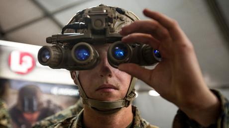 Un soldat de l'US Army essaye des jumelles de vision nocturne au camp de Pendleton, en Californie, le 19 mars 2018 (image d'illustration).