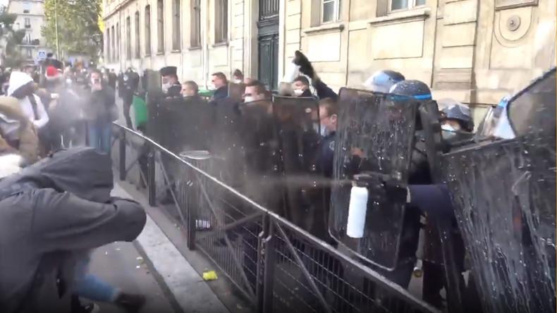 Paris : des lycéens manifestent contre l'ouverture des établissements en période de confinement
