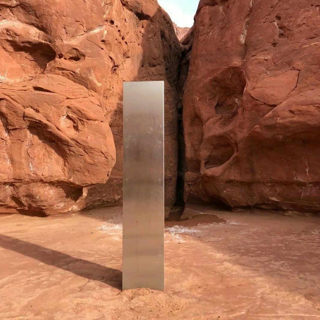 2020, l'Odyssée de l'espace ? Un mystérieux monolithe de métal découvert dans un désert américain