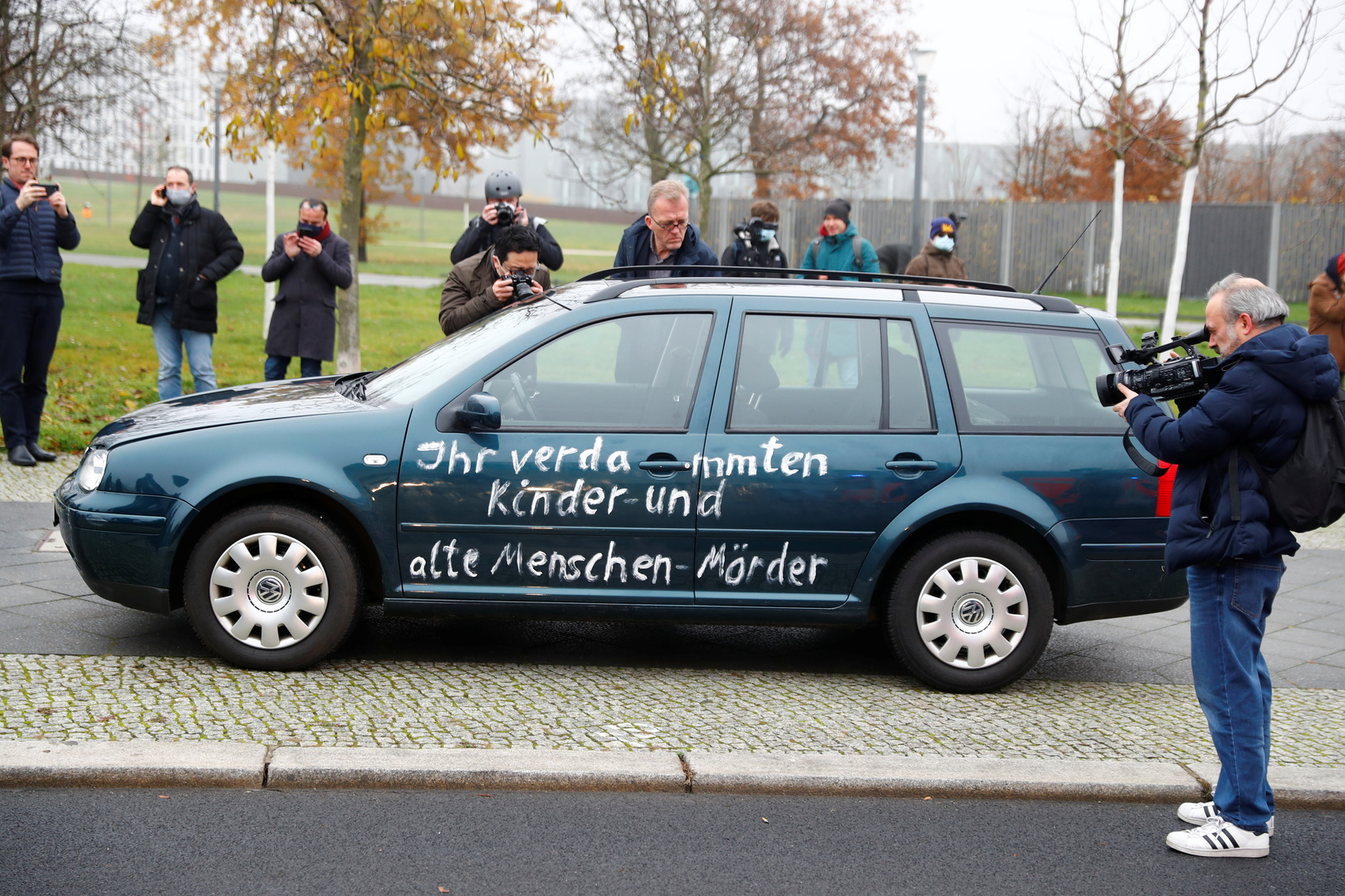 «Arrêtez la politique de mondialisation» : un véhicule fonce sur la Chancellerie fédérale à Berlin