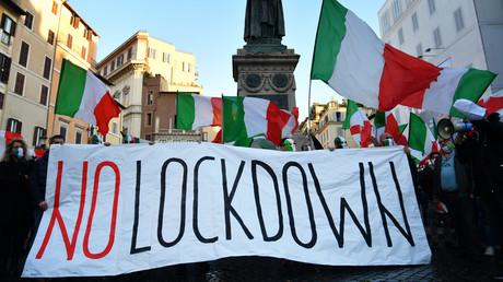 Les manifestants participent à un rassemblement de protestation contre une nouvelle série de restrictions visant à endiguer la pandémie de Covid-19, alors même que le gouvernement envisage des mesures plus strictes, à Rome le 31 octobre 2020 (image d'illustration).