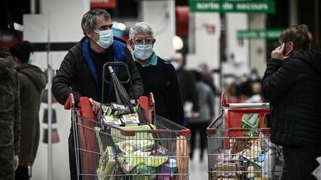 Des clients dans un supermarché de Bordeaux (Gironde), le 27 octobre 2020 (illustration).