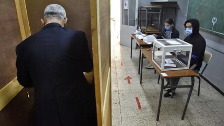 Un citoyen algérien se prépare à voter à Alger lors du référendum constitutionnel organisé le 1er novembre 2020.
