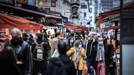 Des passants dans les rues de Paris le 31 octobre, au deuxième jour du confinement annoncé par Emmanuel Macron (image d'illustration).