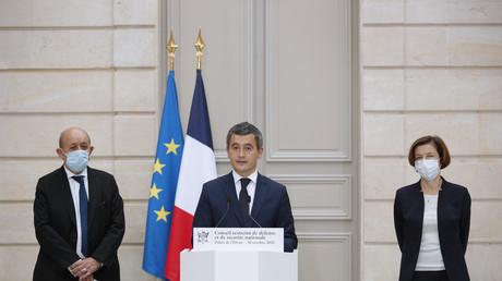Le ministre de l'Intérieur, Gérald Darmanin, accompagné du ministre des Affaires étrangères, Jean-Yves Le Drian, et de la ministre de la Défense, Florence Parly, en conférence de presse le 30 octobre 2020 après le conseil de défense à l'Elysée.