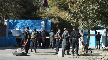 Des policiers montent la garde devant une porte d'entrée de l'Université de Kaboul en Afghanistan, le 2 novembre 2020.