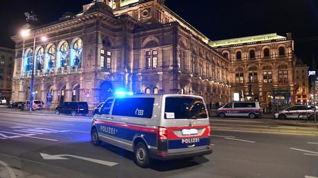 Une voiture de police en face de l'opéra de Vienne après les fusillades qui se sont déroulées dans la capitale autrichienne dans la soirée du 2 novembre 2020 (image d'illustration).