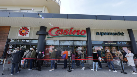 Des gens faisant la queue devant un supermarché Casino (image d'illustration).