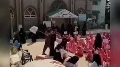 Capture d'écran d'une vidéo diffusée par l'école pakistanaise Jamia Syeda Hafsa.