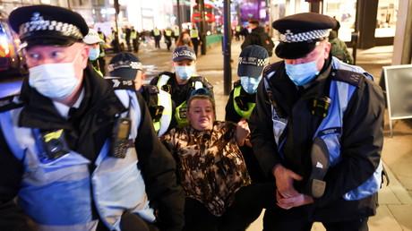 Une manifestante de la «Million mask march» interpellé par la police à Londres, le 5 novembre 2020.