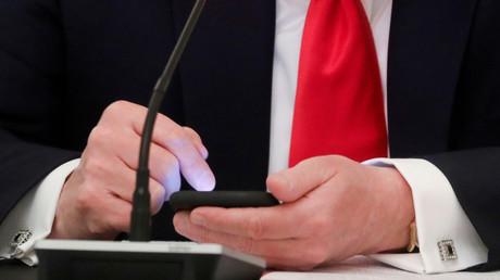 Le président américain Donald Trump navigue sur son téléphone portable à l'heure approximative où un tweet a été diffusé depuis son compte Twitter, lors d'une table ronde sur la réouverture des petites entreprises à la Maison-Blanche, à Washington, le 18 juin 2020 (image d'illustration)