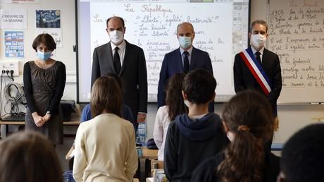 Au centre : le Premier ministre Jean Castex et le ministre de l'Education nationale Jean-Michel Blanquer dans une salle de classe à Conflans-Sainte-Honorine, lors de l'hommage rendu à Samuel Paty, le 2 novembre 2020.