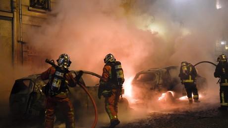 Des pompiers éteignent des véhicules en feu à Paris, le 5 janvier 2019 (image d'illustration)