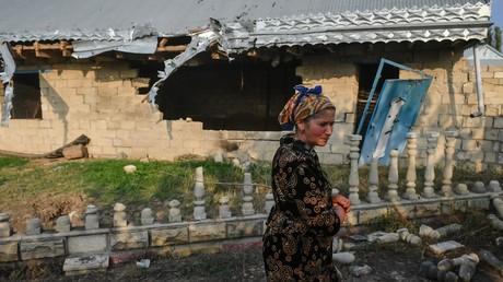 Une habitante du village d'Arazbary, en Azerbaïdjan, passe près d'une habitation détruite par un bombardement, le 3novembre 2020 (image d'illustration).