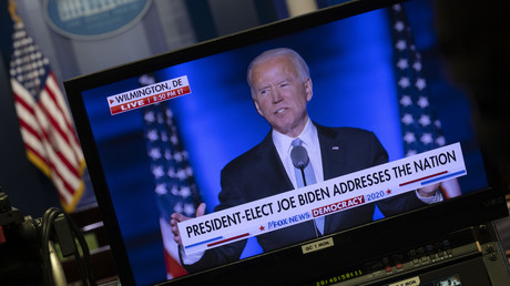 Le candidat Joe Biden lors de son discours donné dans la soirée du 7novembre 2020, diffusé sur un moniteur de la salle de presse de la Maison Blanche.