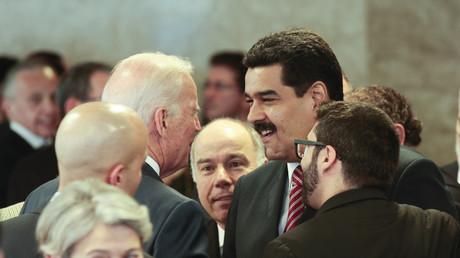 Nicolas Maduro discute avec Joe Biden lors de la cérémonie d'investiture de Dilma Rousseff à Brasilia (Brésil), le 1erjanvier 2015 (image d'illustration).