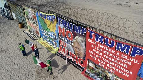 Des manifestants contre la politique d'immigration de Donald Trump à la frontière des Etats-Unis et du Mexique, à Playas de Tijuana, le 31octobre 2020 (image d'illustration).