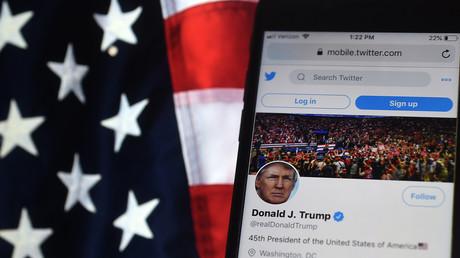Le compte Twitter de Donald Trump tel qu'il était visible sur téléphone portable le 20 août 2020, avec un arrière-plan le drapeau des Etats-Unis (image d'illustration)